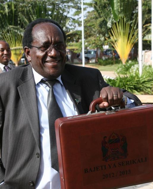 Dr. Mgimwa - Waziri Wa Fedha Tanzania akionyesha mkoba wa bajeti ya serikali kwa mwaka 2012/13